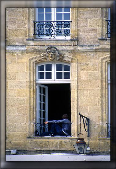 A sa fenêtre