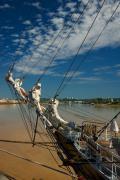 Navire sur le fleuve d'or